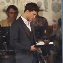 Jamie Dornan llevando café en el set de 'Cincuenta sombras de Grey' en Vancouver