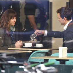 Dakota Johnson y Jamie Dornan en el set de 'Cincuenta sombras de Grey' en Vancouver