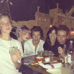 Kelly Osbourne, Harry Styles y Daisy Lowe en la fiesta de cumpleaños de Pixie Geldof