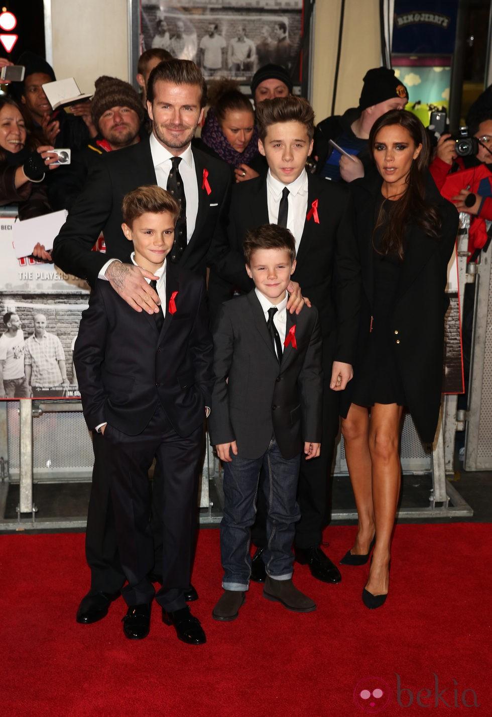 David y Victoria Beckham con sus hijos en el estreno de 'The Class of '92'