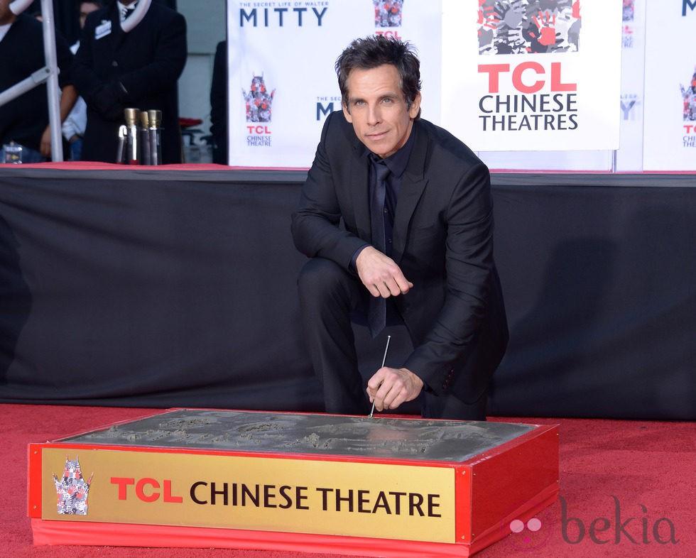 Ben Stiller plasma sus huellas en el Teatro Chino de Los Angeles
