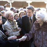 Los Duques de Alba saludan a unas señoras en Carrión de los Condes