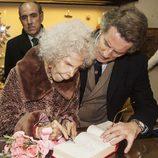 La Duquesa de Alba firma en un libro de honor en Carrión de los Condes