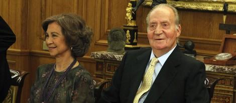 El Rey reaparece en un acto oficial tras su operación de cadera acompañado de la Reina Sofía