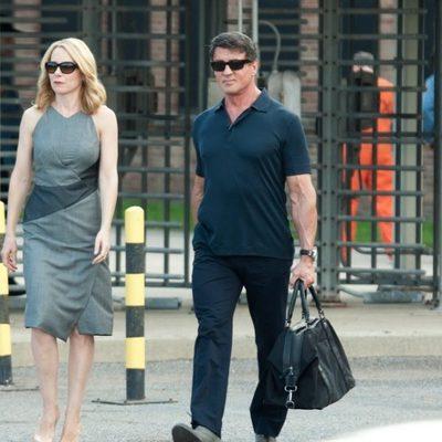 Amy Ryan y Sylvester Stallone en un fotograma de 'Plan de escape'