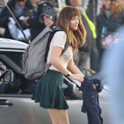 Dakota Johnson junto a un coche en el rodaje de 'Cincuenta sombras de Grey'