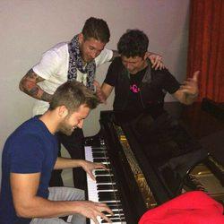 Sergio Ramos, Pablo Alborán y Alejandro Sanz se divierten cantando juntos