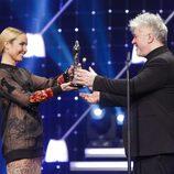 Noomi Rapace entrega a Pedro Almodóvar el premio honorífico de los EFA 2013