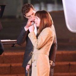 Jamie Dornan acaricia a Dakota Johnson en el set de rodaje de 'Cincuenta sombras de Grey'