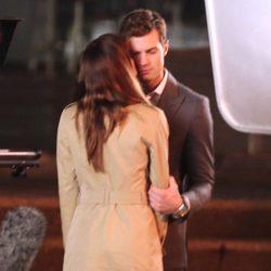 Dakota Johnson besa a Jamie Dornan en el set de rodaje de 'Cincuenta sombras de Grey'