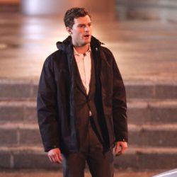 Jamie Dornan abrigado en el set de rodaje de 'Cincuenta sombras de Grey'