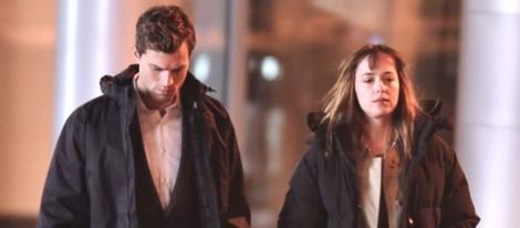 Jamie Dornan y Dakota Johnson muy abrigados en el rodaje de 'Cincuenta sombras de Grey'