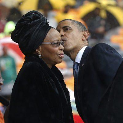 Barack Obama besa a Graça Machel en el funeral de Nelson Mandela