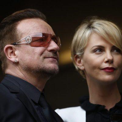 Bono y Charlize Theron en el funeral de Nelson Mandela