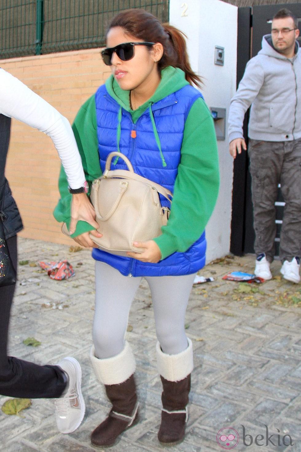 Chabelita Pantoja tapándose la tripita con un gran bolso