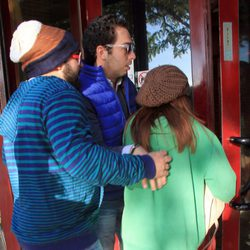 Kiko Rivera, Chabelita Pantoja y Alberto Isla entrando a un restaurante en Sevilla