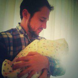 Manuel Martos con su hijo recién nacido Gonzalo
