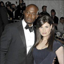 Taye Diggs y su novia Idina Menzel en un estreno