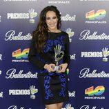 Malú con su galardón en los Premios 40 Principales 2013