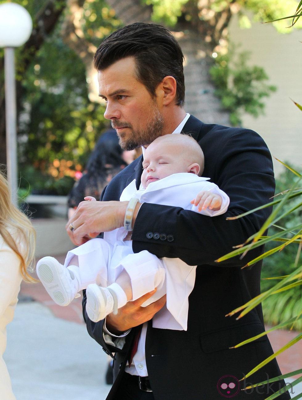 Josh Duhamel con su hijo Axl Jack en brazos en su bautizo