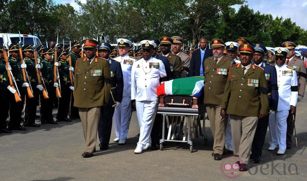 Militares trasladan el ataúd de Nelson Mandela en Qunu