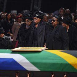 La viuda de Nelson Mandela, Graça Machel, y su ex mujer, Winnie, durante su funeral en Qunu