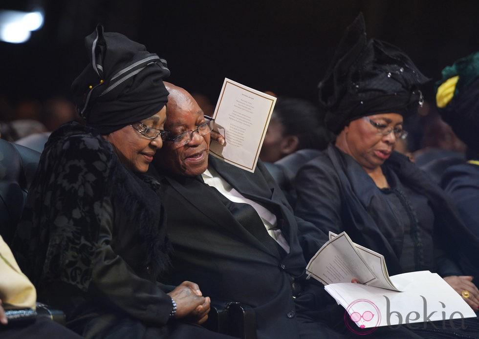 Winnie, Jacob Zuma y Graça Machel durante el funeral de Nelson Mandela en Qunu