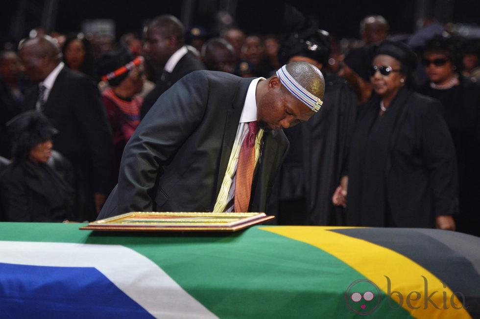 Mandla Mandela junto al ataúd de su abuelo durante su entierro en Qunu