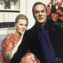 Joan Fontaine y Tony Curtis en 1978