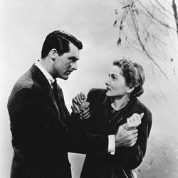 Joan Fontaine junto a Cary Grant en 'Sospecha'