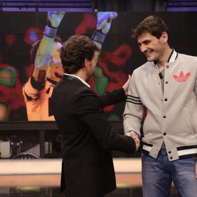 Pablo Motos saluda a Iker Casillas en 'El Hormiguero'