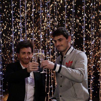 Iker Casillas y Pablo Motos brindando en 'El Hormiguero'