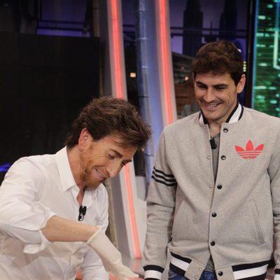 Pablo Motos e Iker Casillas cocinando en 'El Hormiguero'