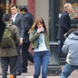 Dakota Johnson se aleja triste después del encuentro con Jamie Dornan en el rodaje de 'Cincuenta sombras de Grey' en Vancouver