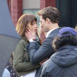 Jamie Dornan sujeta la cara de Dakota Johnson en el rodaje de 'Cincuenta sombras de Grey' en Vancouver