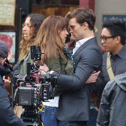 Dakota Johnson y Jamie Dornan muy cómplices en el rodaje de 'Cincuenta sombras de Grey' en Vancouver