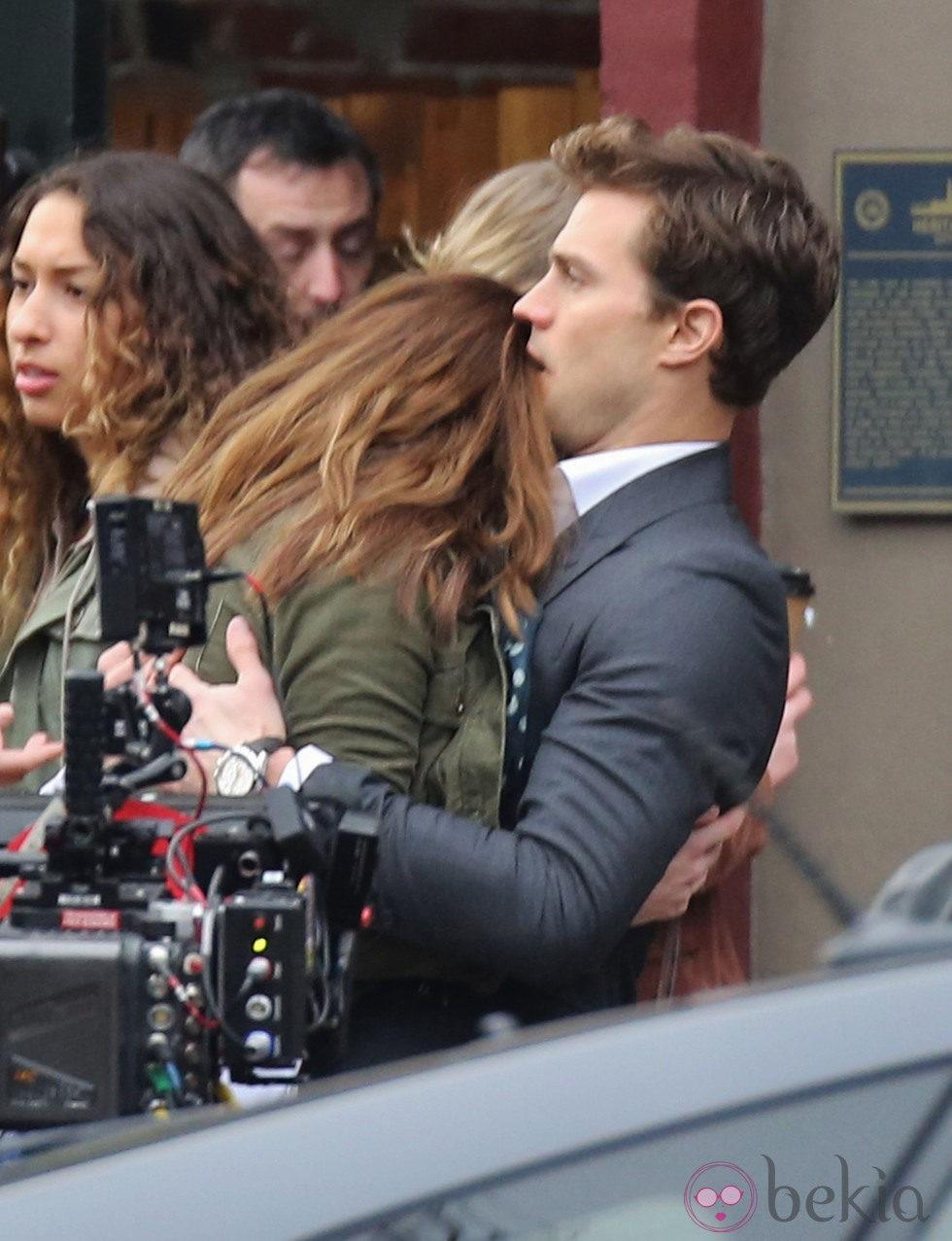 Dakota Johnson se apoya en el hombro de Jamie Dornan en el rodaje de 'Cincuenta sombras de Grey' en Vancouver