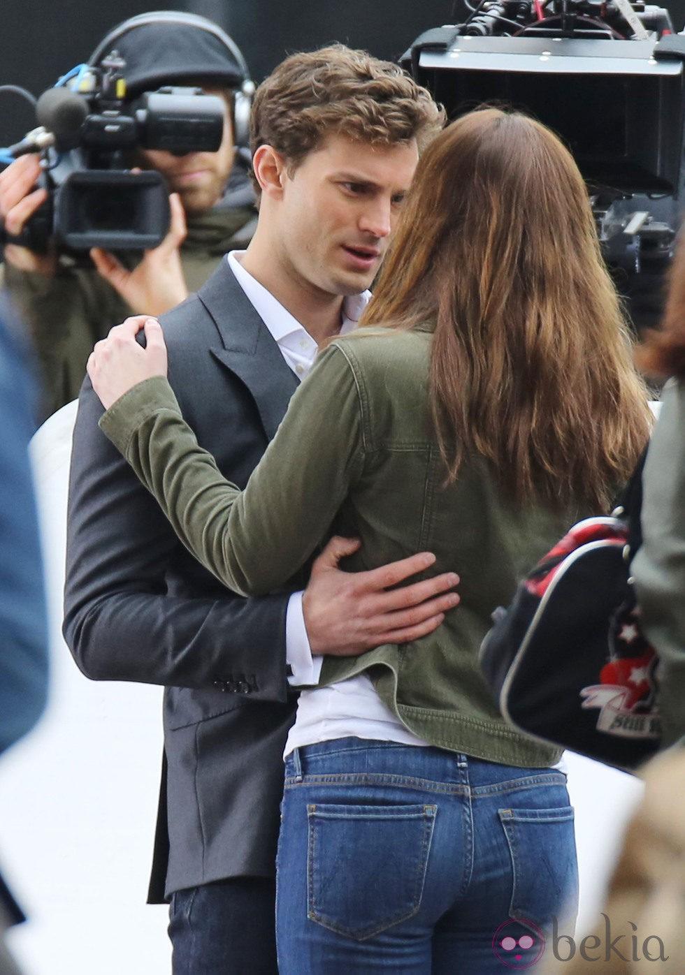 Dakota Johnson y Jamie Dornan conversan abrazados en el rodaje de 'Cincuenta sombras de Grey' en Vancouver
