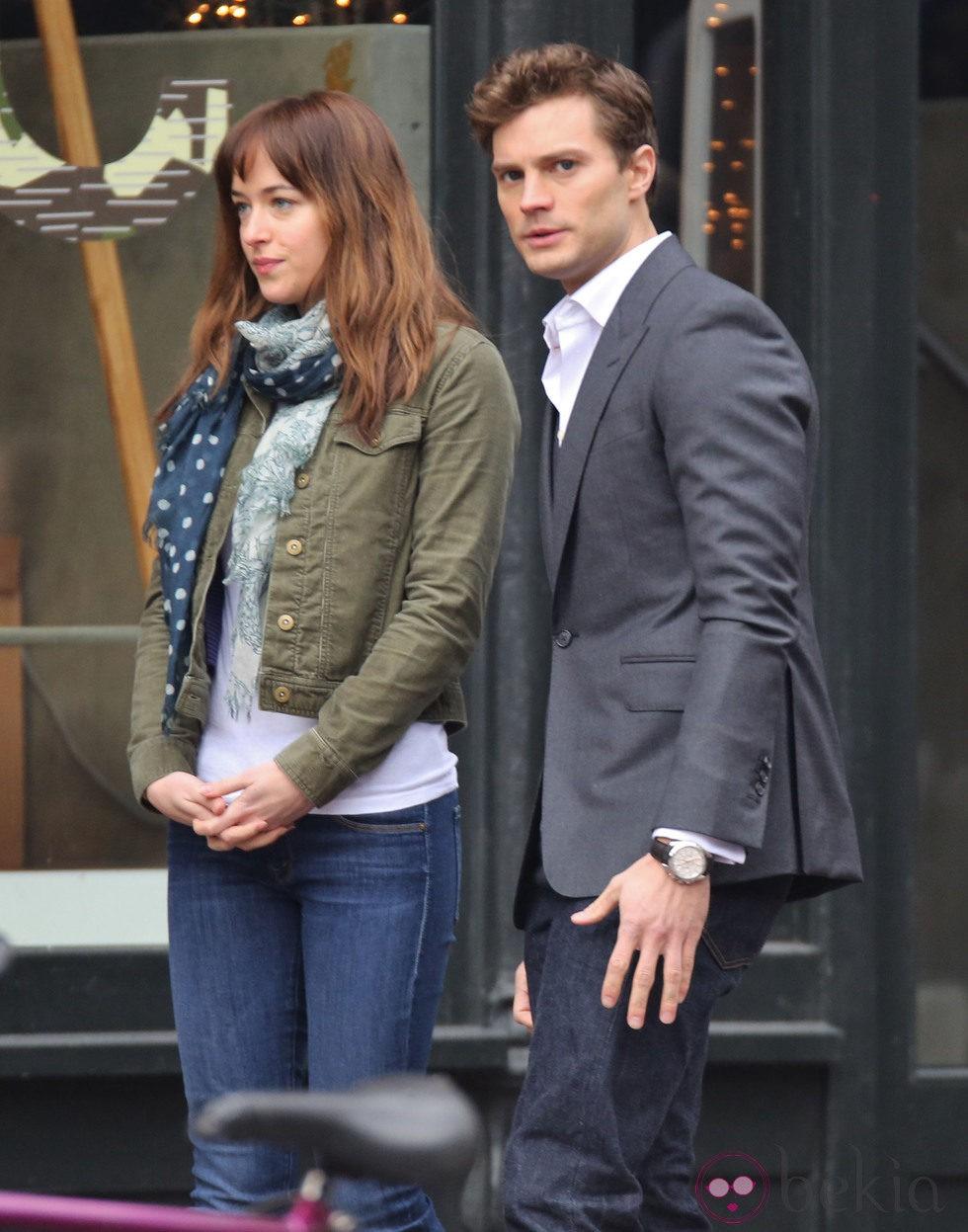 Dakota Johnson y Jamie Dornan a punto de grabar una escena amorosa en el rodaje de 'Cincuenta sombras de Grey' en vancouver
