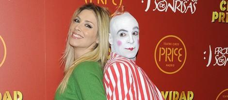 Roser con un payaso en el estreno del espectáculo 'Navidad en el circo Price'