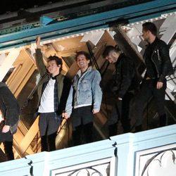 One Direction, sin miedo a las alturas, sobre el Puente de la Torre de Londres en el rodaje de su último videoclip