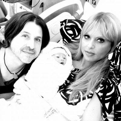 Rachel Zoe y Rodger Berman posan junto a su segundo hijo Kaius Jagger