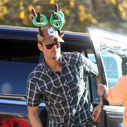Josh Duhamel con una gorra de cuernos de reno el Día de Navidad