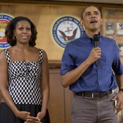Barack y Michelle Obama visitan la Base Militar de Hawaii el Día de Navidad