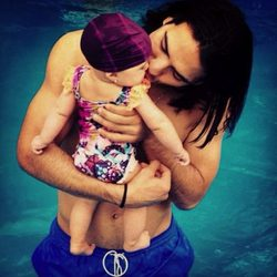 Falcao con su hija Dominique en la piscina durante las vacaciones de Navidad