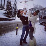 Daniella Semaan y Cesc Fábregas con su hija Lia en la nieve