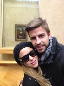 Shakira y Gerard Piqué junto a 'La Mona Lisa' en el Museo del Louvre
