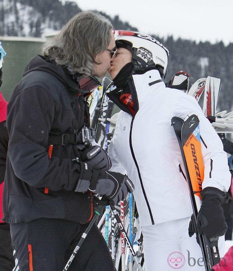 Belén Rueda y su novio se dan un beso durante sus vacaciones invernales en Baqueira Beret