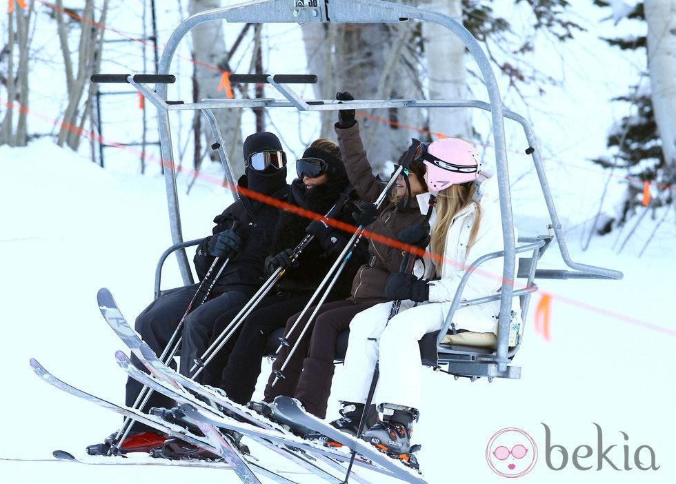 Kim Kardashian, Kourtney Kardashian y Kanye West cogen el funicular durante sus vacaciones invernales en Aspen (Colorado)