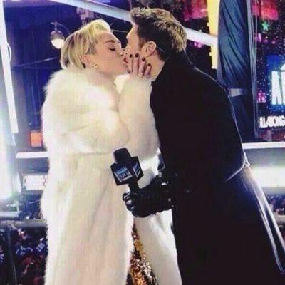 Miley Cyrus besa al presentador Ryan Seacrest en la fiesta celebrada en Times Square para despedir 2013